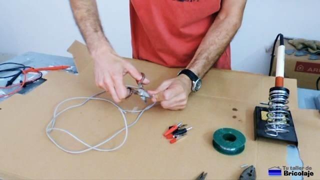 pelando las puntas del cable para hacer las pinzas de cocodrilo