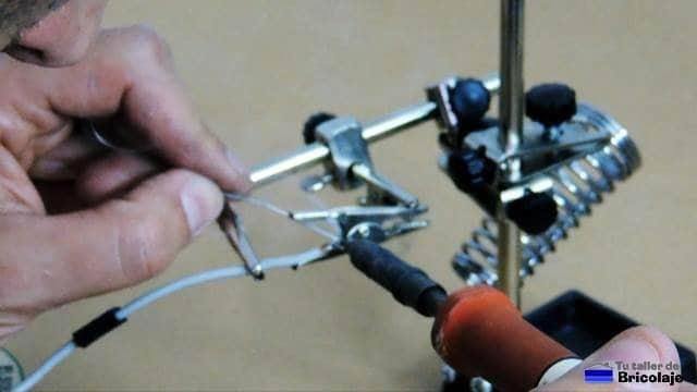 soldando el cable a las pinzas de cocodrilo