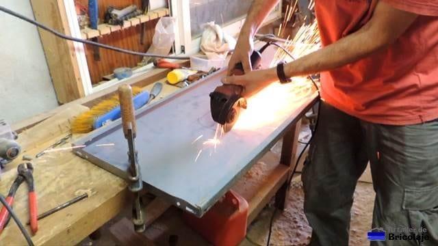 cortando el hueco por donde se ubicará la fresadora