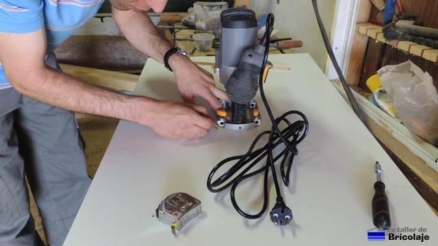trazando la fresadora en la parte inferior de la madera que será la futura mesa para la fresadora