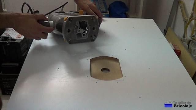 hueco para insertar la fresadora en la parte inferior de la mesa