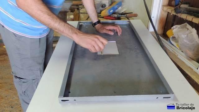 trazando el hueco realizado a la balda en la parte inferio de la futura mesa
