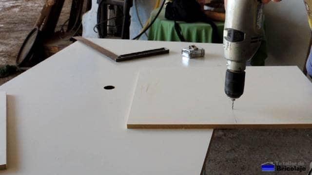 perforando para unir las partes que formarán la estantería
