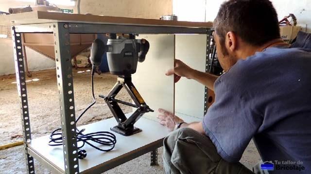 montando la estantería en la mesa para la fresadora