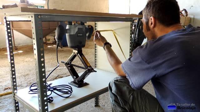 midiendo para cortar el ancho de la estantería