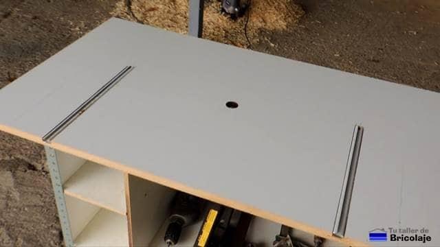 carriles atornillandos a la mesa para la fresadora portátil