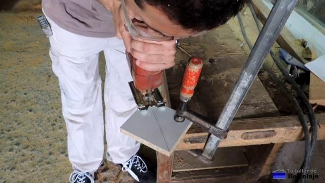 cortando las escuadras para la guía de la mesa para la fresadora