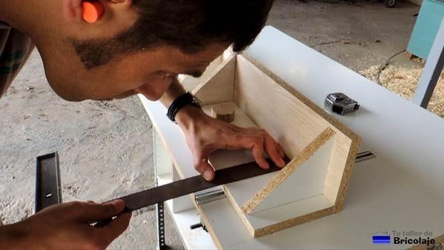 tranzando el lugar donde abrir los agujeros a la guía para colocarlo en los carriles de la mesa para la fresadora