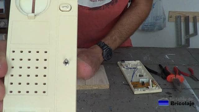 presentación del interruptor de palanca en la carcasa del telefonillo del portero eléctrico