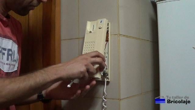 retirando la carcasa al telefonillo del portero automático