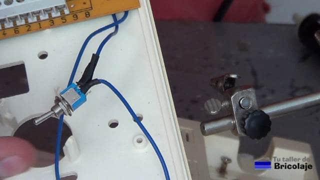 cables soldados al interruptor para activar/desactivar el timbre del portero automático