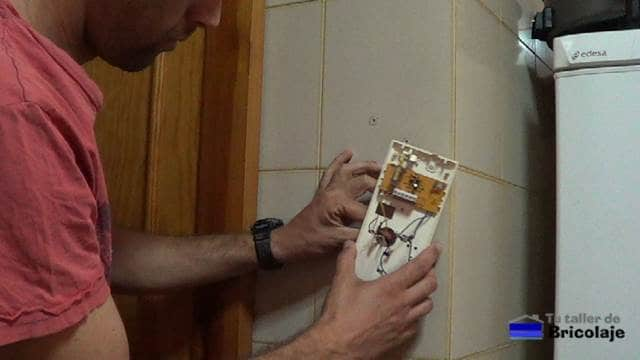 colocando la base del telefonillo en su lugar