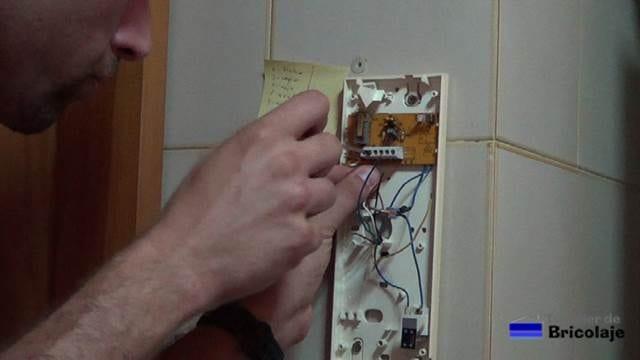 realizando las conexiones para que funcione correctamente el telefonillo del portero eléctrico