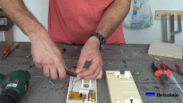 cortando uno de los cables que llevan la señal al zumbador o altavoz