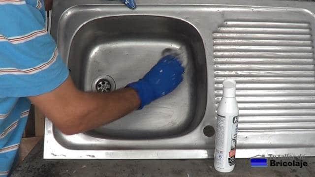 limpiando bien con un trapo humedecido en agua y el limpiador de acero inoxidable