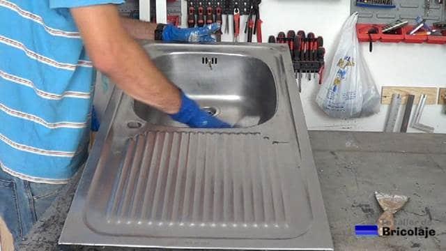 pasando un trapo humedecido en agua para aclarar