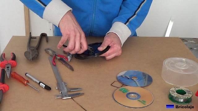 preparando la carcasa de la antena wifi biquad a partir de una rosquilla de cd/dvd