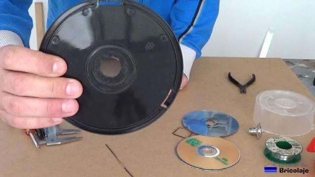 abrimos un agujero para pasar el conector en la carcasa trasera de una rosquilla de cd/dvd