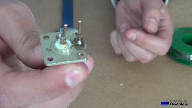 conector tipo n hembra con la malla y el vivo soldados y cortados a 18 mm