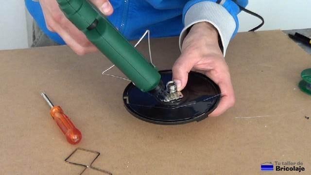 pegando el conector tipo n hembra a la trasera de la carcasa con silicona caliente