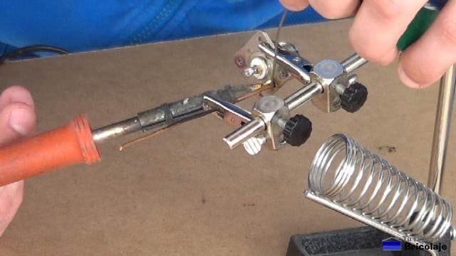 soldando un trozo de cobre de 1.5 mm de diámetro para que haga la función de malla