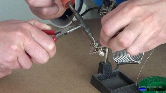 soldando un trozo de cobre que hará la función de vivo