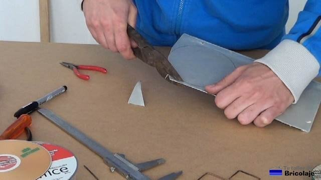 cortando la chapa de aluminio