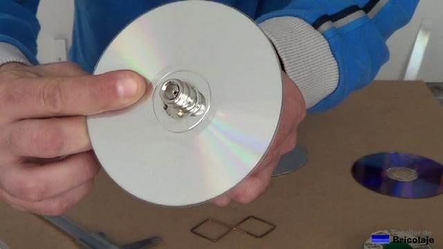 colocando el conector a través de los cd/dvd y la chapa de aluminio