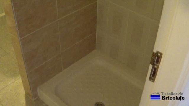 el plato de ducha colocado para el lavado de cara a la vivienda