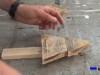 montando las partes que formarán el árbol de navidad de madera de palet