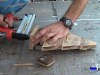 colocando la base al árbol de navidad mediante tachas o clavos