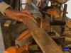 cortando la madera de palets para confeccionar el árbol