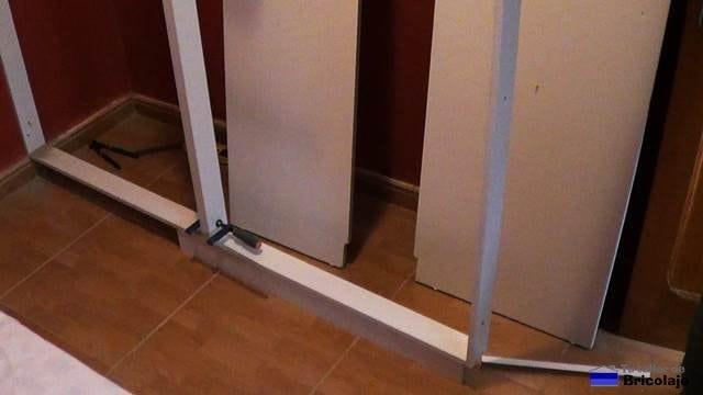 montando los bastidores que formarán el armario empotrado