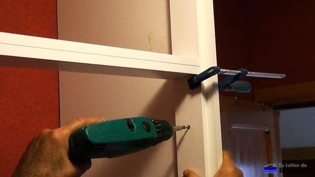 sujetando el lateral del armario empotrado al bastidor