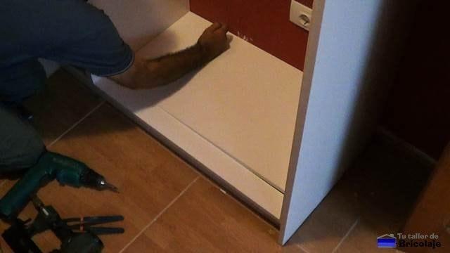colocando el fondo del armario empotrado a medida