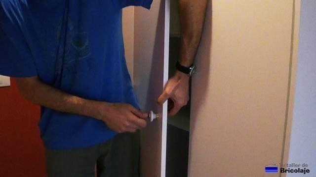 colocando los pomos o tiradores al armario empotrado a medida