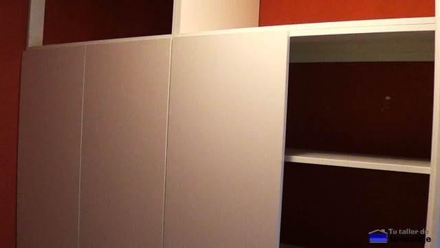 colocando las puertas del armario empotrado a medida