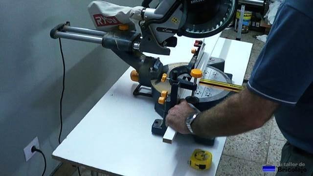 cortando los listones donde luego apoyar las baldas