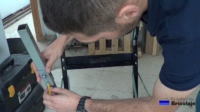 marcando las nuevas patas en el banco de trabajo para sujetarlas mediante tornillos, tuercas y arandelas