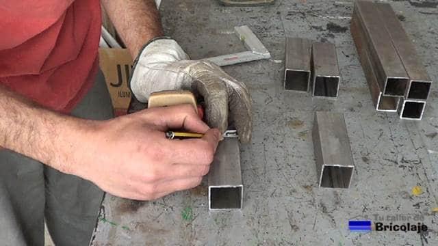 marcando el lugar donde perforar el cuadradillo de unión