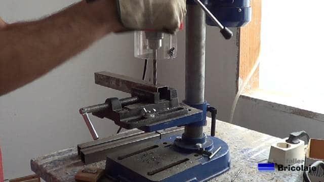 perforando con el taladro de columna las nuevas patas para el banco de trabajo