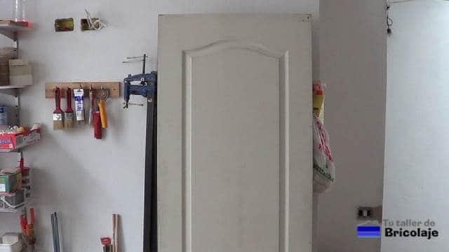 puerta prefabricada a la que vamos a aumentar su ancho para convertirla en una puerta corredera