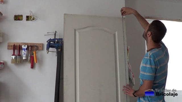 midiendo el alto de la puerta prefabricada