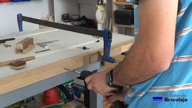insertando los tornillos en los agujeros avellanados para aumentar el ancho a la puerta prefabricada