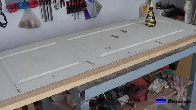 presentando el listón de madera en la puerta a aumentar el ancho