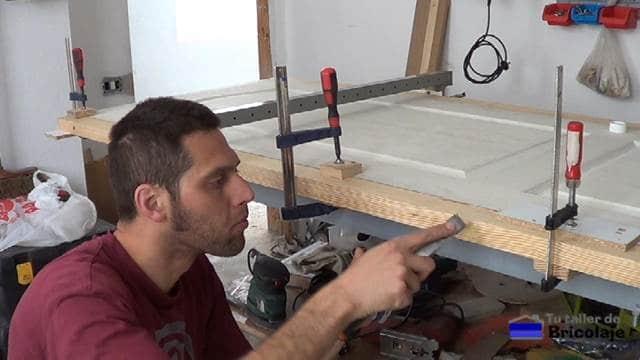 tapando los agujeros en donde hemos insertado los tornillos