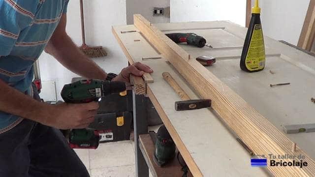 perforando donde colocar los tarugos, espigas o tubillones en el lado de la puerta