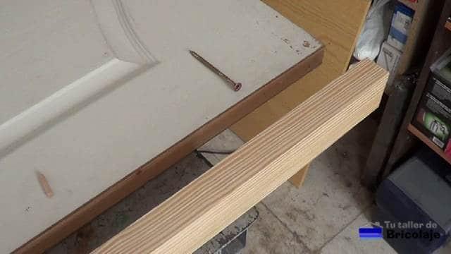 listón de madera para aumentar el ancho a la puerta prefabricada