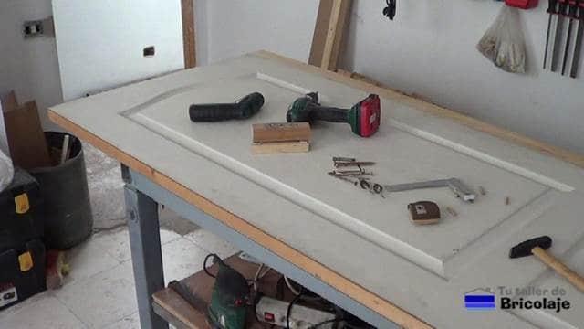 primer listón colocado para aumentar el ancho a la puerta