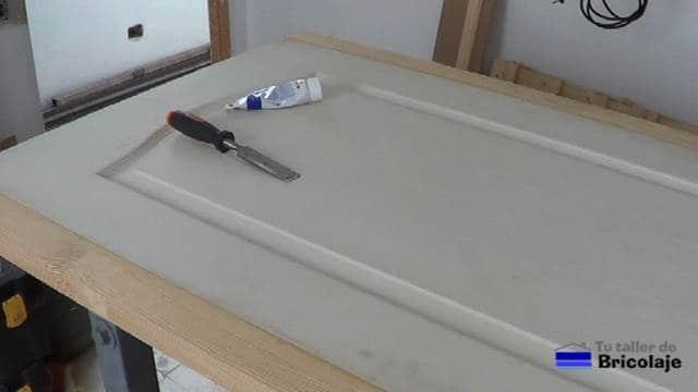para tapar los agujeros y ranuras, usaremos masilla para madera